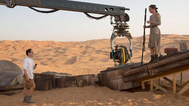 J.J.-Abrams-and-Daisy-Ridley-on-Star-Wars-set